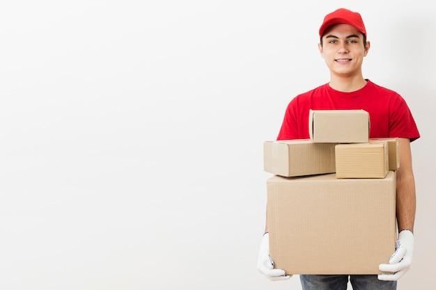 Uomo di consegna vista frontale con i pacchetti Foto Gratuite