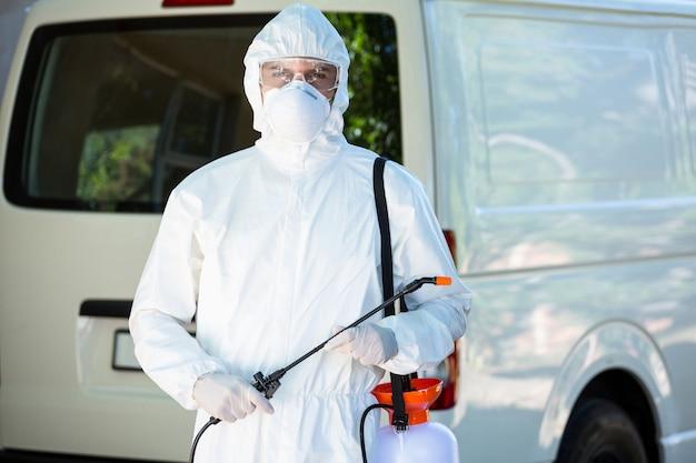 Uomo di controllo dei parassiti in piedi accanto a un furgone Foto Premium