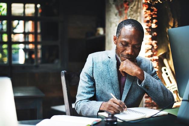 Uomo di origine africana che lavora Foto Gratuite