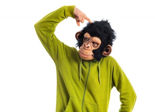 Uomo di scimmia che pensa su sfondo bianco Foto Gratuite