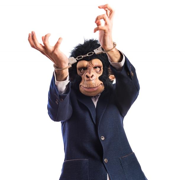 Uomo di scimmia con manette Foto Gratuite