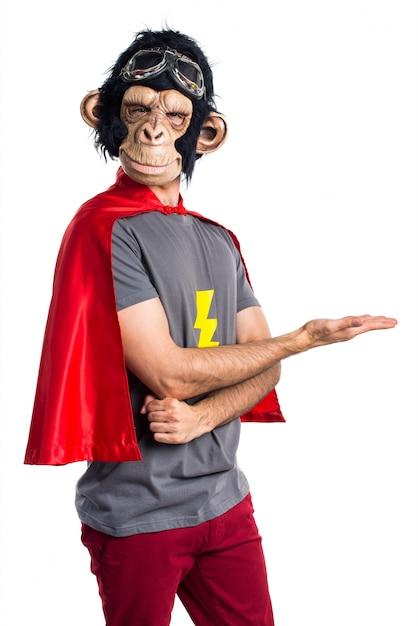 Uomo di scimmia supereroe che presenta qualcosa Foto Gratuite