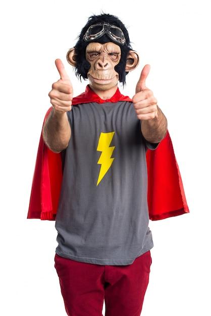 Uomo di scimmia supereroe con il pollice in su Foto Gratuite