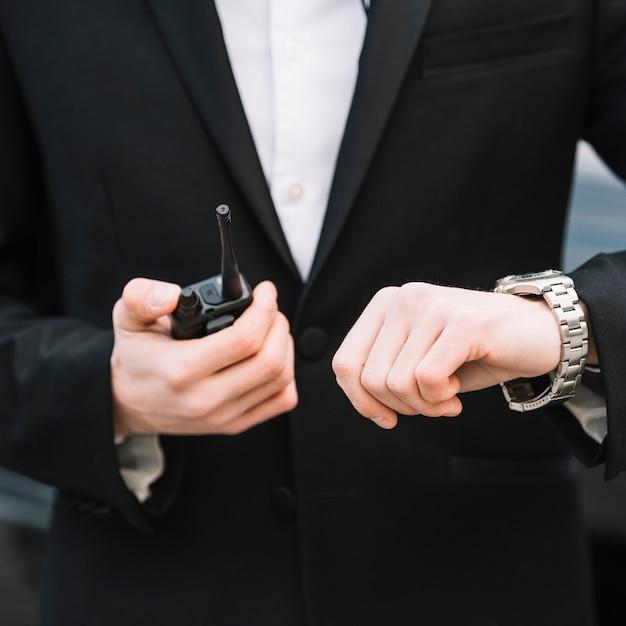 Uomo di sicurezza del primo piano all'aperto Foto Gratuite