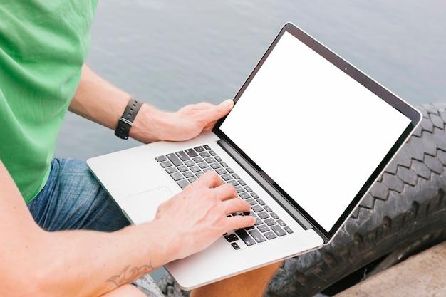 Uomo di topview che lavora al modello del computer portatile Foto Gratuite