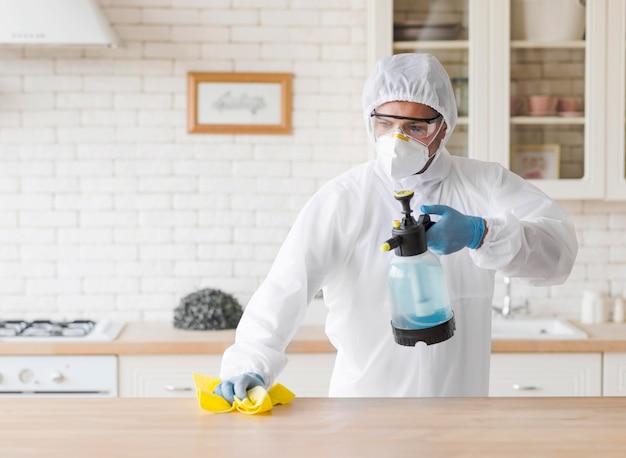 Uomo di vista frontale che pulisce tavola di legno Foto Gratuite