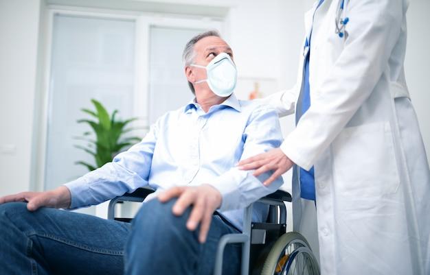 Uomo disabile che indossa una maschera durante la pandemia di coronavirus Foto Premium