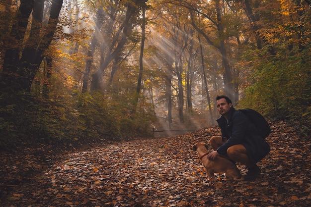 Uomo e cane nella foresta Foto Premium