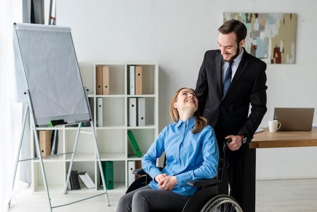 Uomo e donna adulti positivi all'ufficio Foto Gratuite