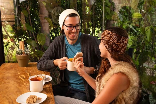 Uomo e donna che beve il caffè Foto Gratuite