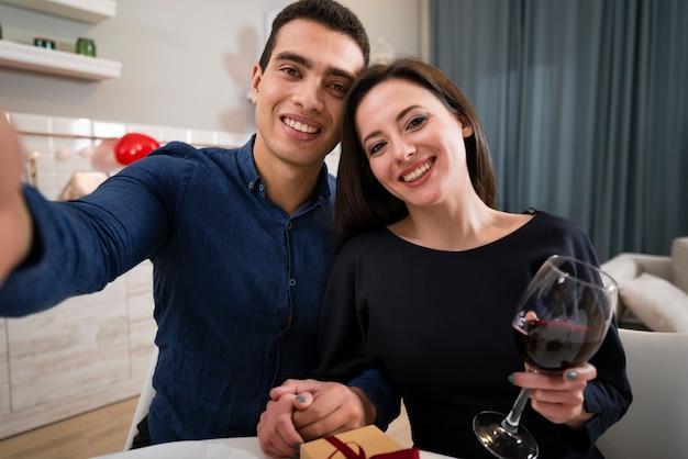 Uomo e donna che prendono insieme un selfie il san valentino Foto Gratuite