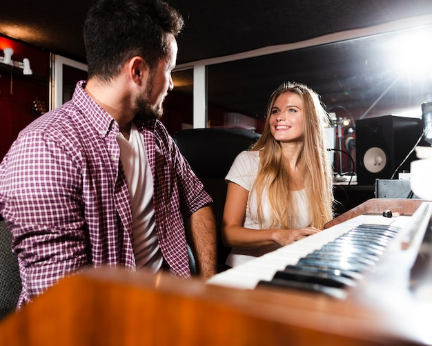 Uomo e donna che se lo guardano nello studio Foto Gratuite