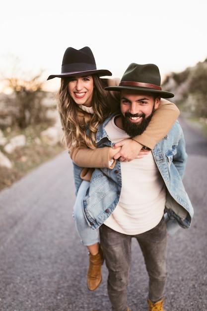Uomo e donna felici che esaminano fotografo Foto Gratuite