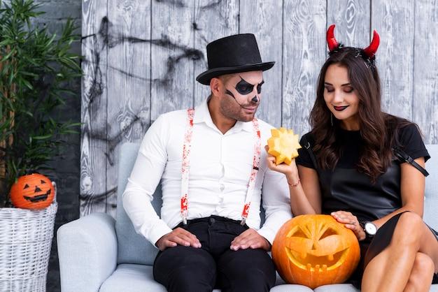 Uomo e donna in costumi di halloween Foto Gratuite