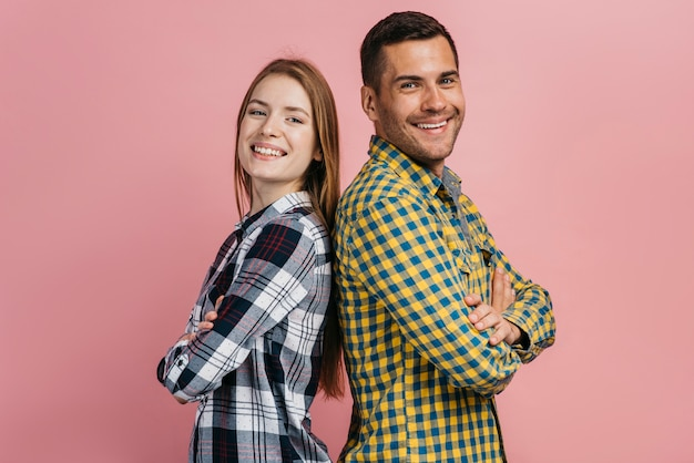 Uomo e donna in posa e guardando la telecamera Foto Gratuite
