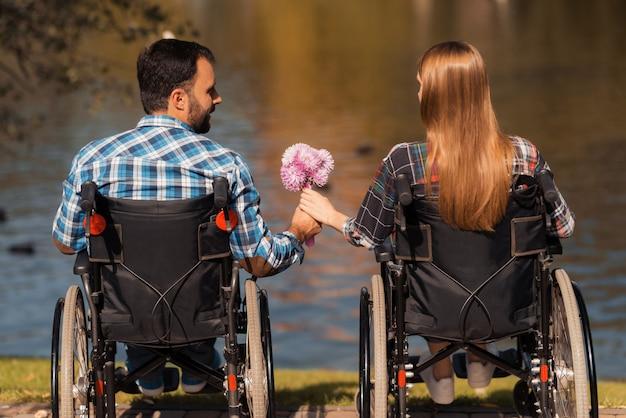 Uomo e donna su sedia a rotelle. concetto di amore Foto Premium