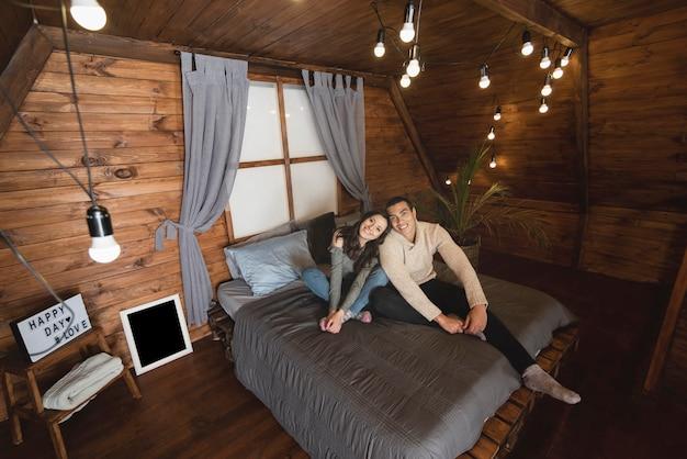 Uomo e donna svegli insieme a letto Foto Gratuite