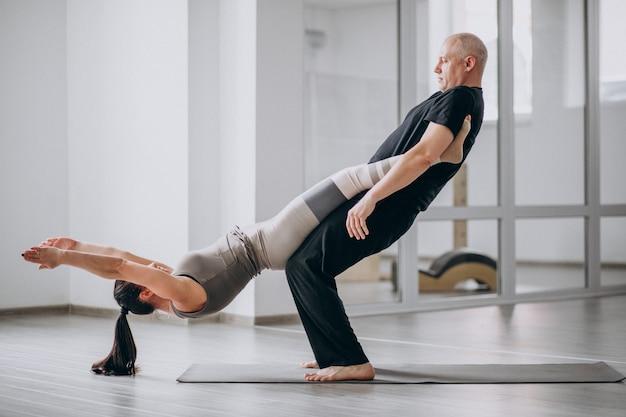 Uomo e wom un asana di yoga di equilibrio Foto Gratuite