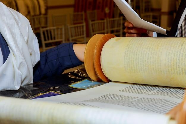Uomo ebreo vestito con abiti rituali famiglia uomo mitzvah gerusalemme Foto Premium