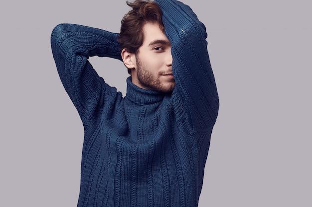 Uomo elegante bello con capelli ricci in maglione blu Foto Premium