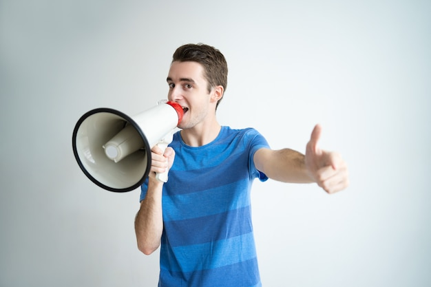Uomo emozionante che parla nel megafono e che punta su di te Foto Gratuite