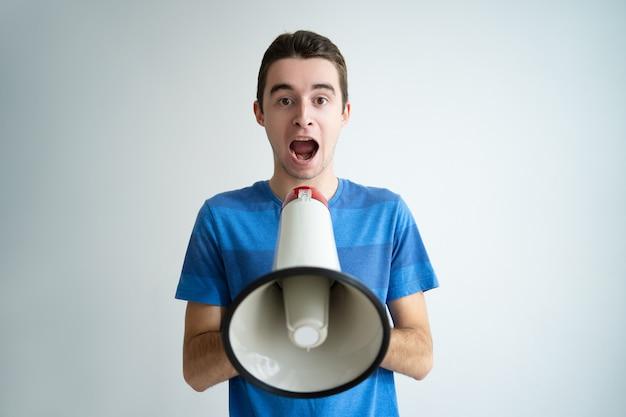 Uomo emozionante che tiene il megafono e che grida forte Foto Gratuite