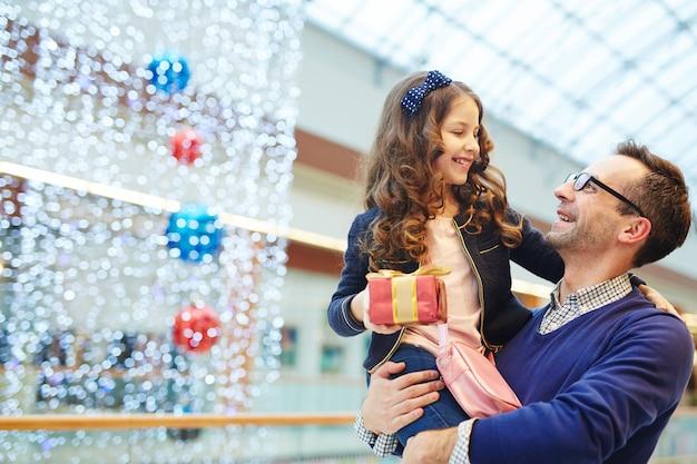 Uomo felice con la figlia Foto Gratuite