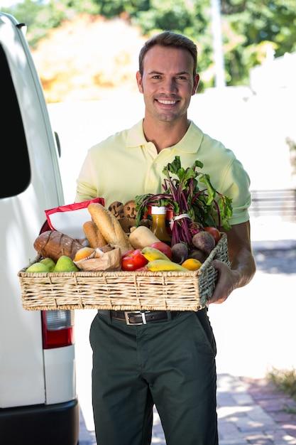 Uomo felice consegna di generi alimentari Foto Premium
