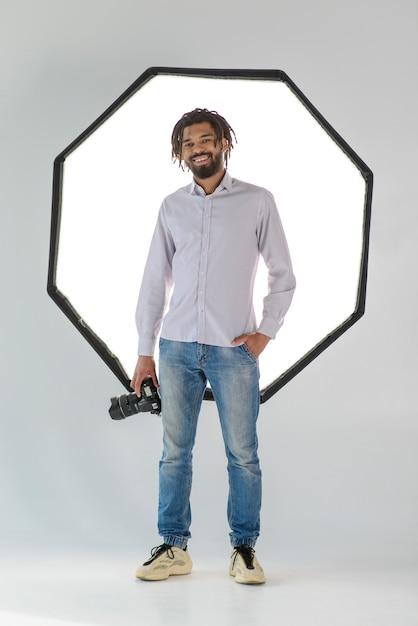 Uomo felice della foto a figura intera con la macchina fotografica Foto Gratuite