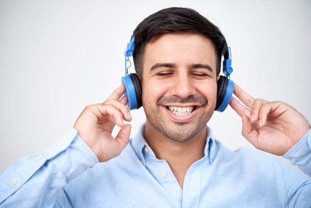 Uomo felice in cuffia Foto Gratuite