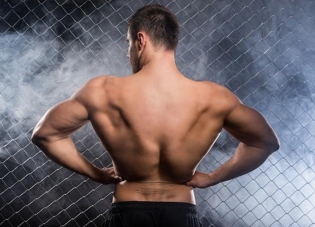 Uomo forte che flette i suoi muscoli Foto Gratuite