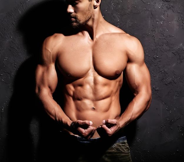 Uomo forte senza maglietta Foto Gratuite
