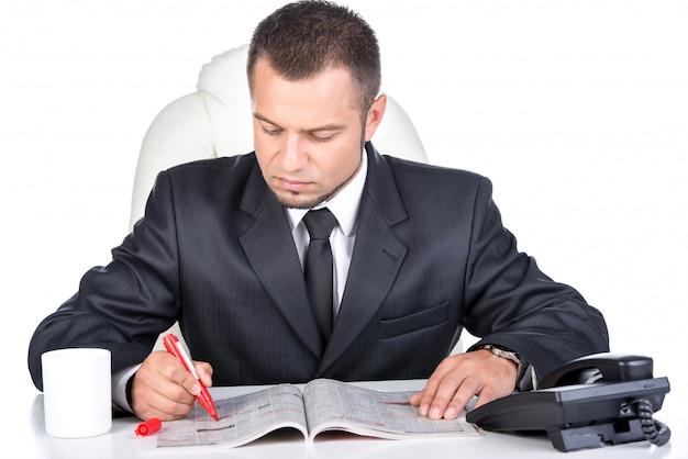Uomo in cerca di offerte di lavoro sul giornale. Foto Premium