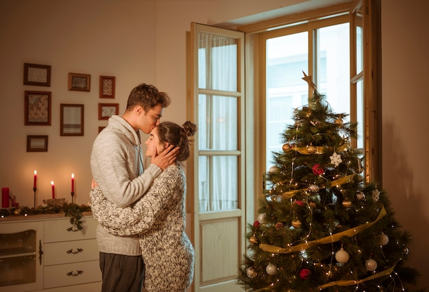 Uomo in maglione che bacia la donna sulla fronte Foto Gratuite
