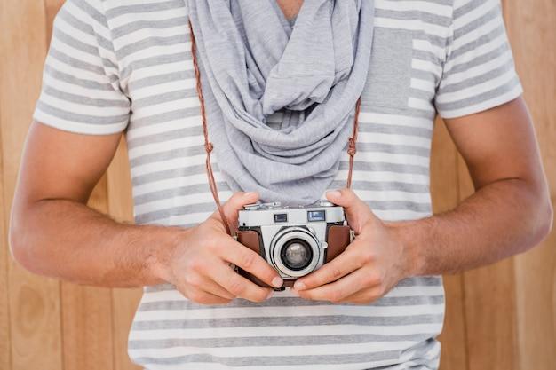 Uomo in piedi con una macchina fotografica Foto Premium