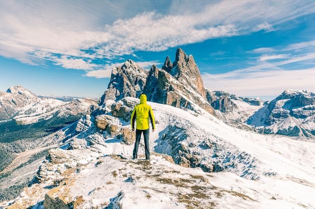Uomo in piedi in cima alla montagna innevata Foto Premium