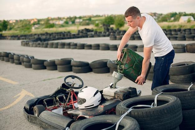 Uomo in un circuito di kart con una macchina Foto Gratuite