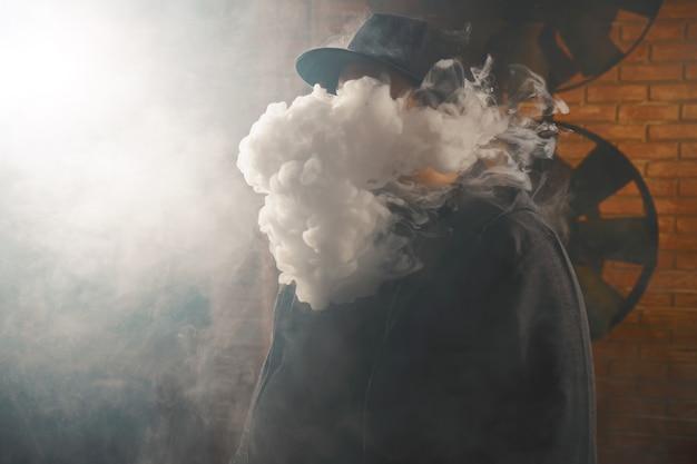 Uomo in una nuvola di vapore bianco Foto Gratuite