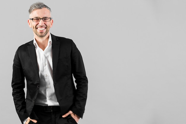 Uomo in vestito nero con gli occhiali e copia spazio Foto Gratuite