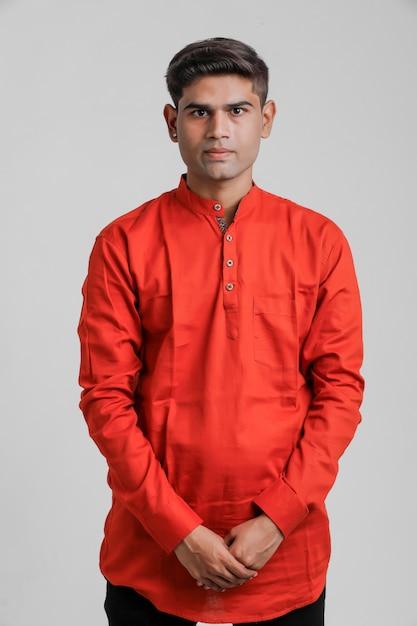Uomo indiano / asiatico in camicia rossa e controllo bianco Foto Premium