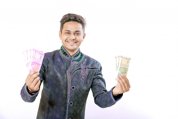 Uomo indiano che mostra la nota di valuta indiana Foto Premium