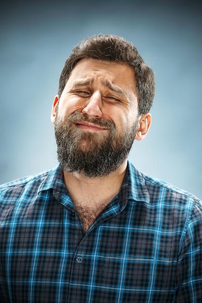 Uomo infelice in camicia blu Foto Gratuite