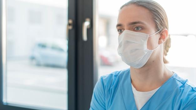 Uomo infermiere ad alto angolo Foto Gratuite