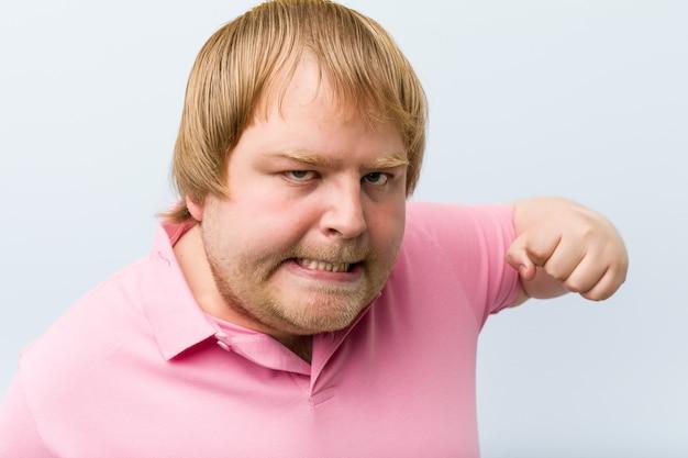 Uomo irritato pronto a pugni Foto Premium