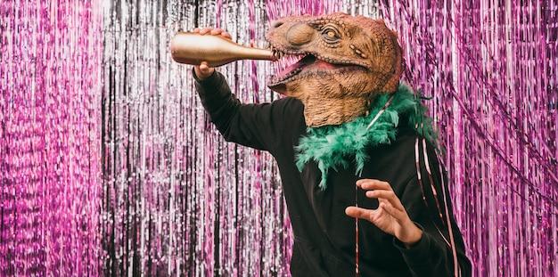 Uomo mascherato che beve champagne alla festa Foto Gratuite