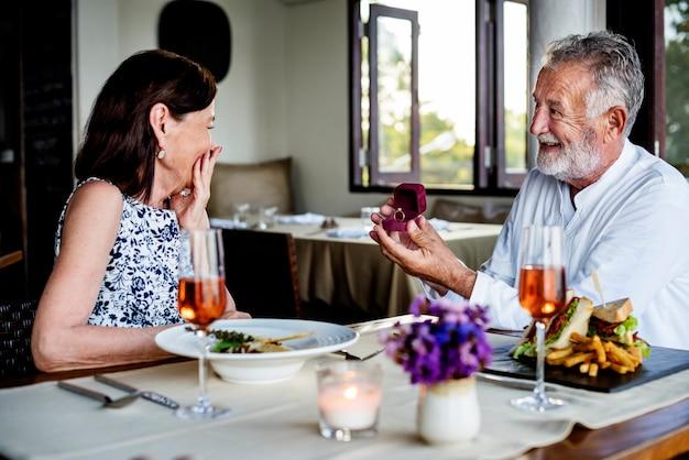 Uomo maturo che propone a una donna Foto Premium
