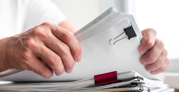 Uomo moderno che organizza i documenti aziendali Foto Gratuite