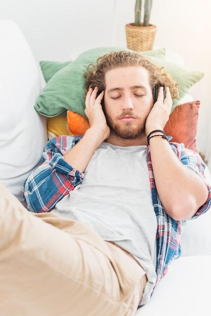 Uomo moderno rilassante sul divano Foto Gratuite