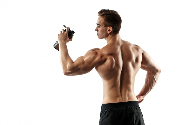 Uomo muscolare con la bevanda della proteina in agitatore sopra fondo bianco Foto Premium