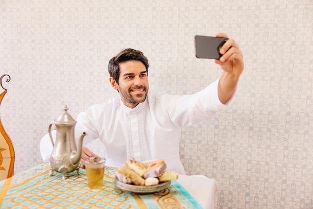 Uomo musulmano prendendo selfie Foto Gratuite